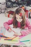 Letra hermosa a santa, espera de la escritura de la muchacha para la Navidad Fotografía de archivo