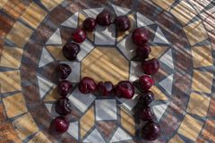 Letra A hizo con los cherrys para formar una letra del alfabeto con las frutas Imagen de archivo