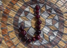 Letra J hecho con los cherrys para formar una letra del alfabeto con las frutas Imagenes de archivo