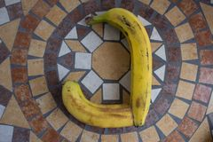 Letra J hecho con los plátanos para formar una letra del alfabeto con las frutas Imagenes de archivo