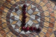 Letra L hecho con los cherrys para formar una letra del alfabeto con las frutas Fotos de archivo libres de regalías