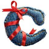Letra mágica do alfabeto das calças de brim do feriado com fita vermelha Fotografia de Stock