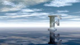Letra mayúscula f del metal debajo del cielo nublado Foto de archivo libre de regalías