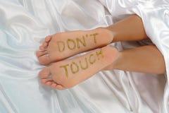 Letra nos pés Fotografia de Stock Royalty Free