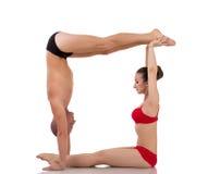 Letra O formada por los cuerpos de yoguis Imagen de archivo