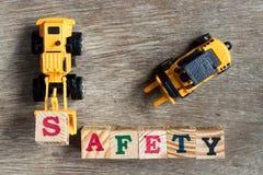 Letra plástica s do bloco do brinquedo da posse da escavadora do brinquedo para exprimir a segurança imagens de stock