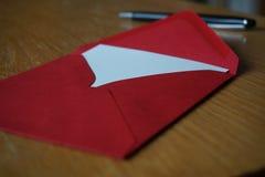 Letra preta do anúncio da escrita da pena com o envelope na mesa de madeira Imagens de Stock