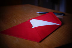 Letra preta do anúncio da escrita da pena com o envelope na mesa de madeira Fotos de Stock Royalty Free