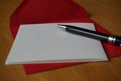 Letra preta do anúncio da escrita da pena com o envelope na mesa de madeira Imagens de Stock Royalty Free