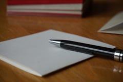 Letra preta do anúncio da escrita da pena com o envelope na mesa de madeira Foto de Stock Royalty Free