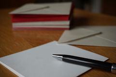 Letra preta do anúncio da escrita da pena com o envelope na mesa de madeira Fotos de Stock