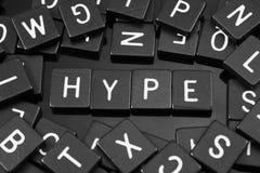 A letra preta telha a soletração da palavra & do x22; hype& x22; fotografia de stock