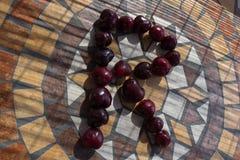 Letra R hecho con los cherrys para formar una letra del alfabeto con las frutas Imagen de archivo libre de regalías