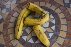 Letra R hecho con los plátanos para formar una letra del alfabeto con las frutas Imagen de archivo libre de regalías