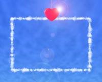 Letra roja de la ejecución de la pinza de la forma del corazón con luz del sol en azul Imagenes de archivo