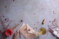 Letra romántica de la invitación o de amor, vidrio de vino, vela y palillos aromáticos Fondo del día de la boda o de tarjeta del  Foto de archivo libre de regalías