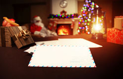 Letra a Santa Claus perto do presente e das velas Fotos de Stock Royalty Free