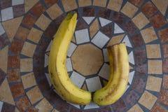 Letra U hecho con los plátanos para formar una letra del alfabeto con las frutas Imagen de archivo libre de regalías