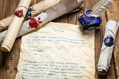 Letra velha pena escrita do pássaro e vedador selado Fotografia de Stock Royalty Free