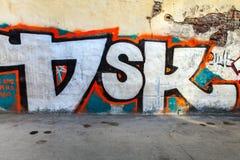 Letras abstractas de la pintada en la pared dañada vieja Fotografía de archivo