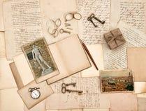 Letras, accesorios del vintage, diario y fotos viejos de Florencia Fotos de archivo libres de regalías