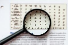 Letras antigas sob uma lupa Foto de Stock