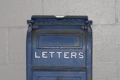 Letras azules antiguas del buzón foto de archivo libre de regalías