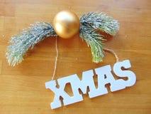 Letras blancas de Navidad con la decoración de la Navidad en la madera Fotos de archivo libres de regalías