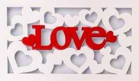 Letras blancas del rojo de los corazones de la cubierta de caja del amor Fotos de archivo libres de regalías