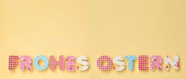 Letras bonitos no amarelo - alemão: Frohes Ostern: Páscoa feliz, wi fotografia de stock royalty free