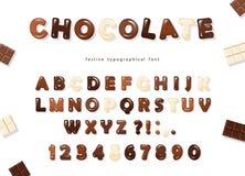 Letras brillantes y números de ABC, hechos de los diferentes tipos de chocolate - oscuridad, leche y blanco Diseño dulce de la fu Fotos de archivo libres de regalías