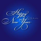 Letras caligráficas de la Feliz Año Nuevo en fondo azul Foto de archivo