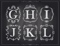 Letras caligráficas del vintage de la tiza de pizarra en los marcos retros del monograma, logotipos del alfabeto Fotografía de archivo libre de regalías