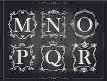 Letras caligráficas do vintage do giz de quadro-negro em quadros retros do monograma, logotipos do alfabeto Fotos de Stock Royalty Free