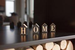 Letras caseras en los cubos que se colocan en estante de madera en interior moderno Imagen de archivo libre de regalías