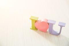 Letras coloreadas te amo con una llamarada solar Fotografía de archivo