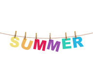 Letras coloridas do verão que penduram na corda com os pregadores de roupa, isolados no branco Imagens de Stock Royalty Free