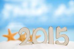2015 letras com estrela do mar, oceano, praia branca da areia Imagem de Stock