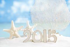 2015 letras com estrela do mar, oceano, praia branca da areia Foto de Stock