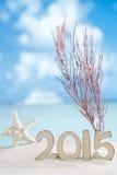 2015 letras com estrela do mar, oceano, praia branca da areia Imagens de Stock Royalty Free
