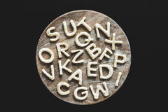 Letras comestibles de la pasta en la tabla de cortar de madera, concepto de las galletas que cuece Foto de archivo libre de regalías