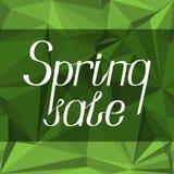Letras con el ` de la venta de la primavera del ` de la inscripción en un fondo abstracto verde Imagen de archivo libre de regalías