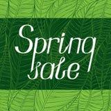 Letras con el ` de la venta de la primavera del ` de la inscripción en un fondo verde Escritura de la mano Fotos de archivo
