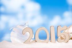 2015 letras con las estrellas de mar, el océano, la playa blanca de la arena y el paisaje marino Fotografía de archivo libre de regalías