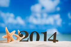 2014 letras con las estrellas de mar, océano, playa y paisaje marino, bajos Fotos de archivo libres de regalías