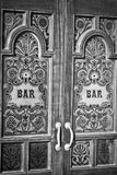 Letras da barra sobre o vidro na porta de madeira Foto de Stock