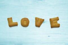 Letras da cookie As palavras amam em de madeira azul e branco natural real Fotos de Stock Royalty Free