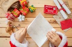 Letras da leitura de Santa Claus Fotos de Stock Royalty Free