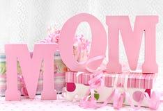 Letras da MAMÃ e presentes envolvidos bonitos Foto de Stock Royalty Free