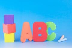 Letras de ABC, cubos da espuma e gizes Fotografia de Stock
